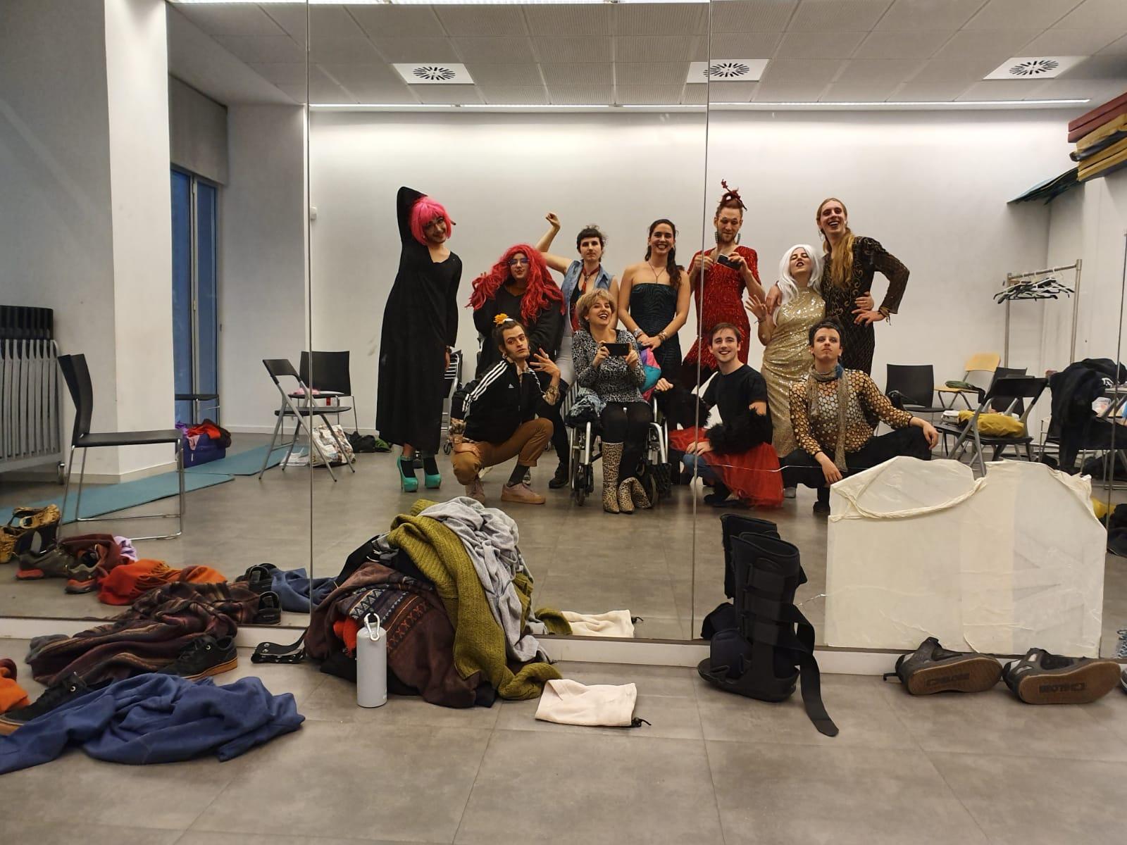 Fotografia feta amb un mòbil al mirall on surten 10 persones disfressades amb perruques, vesits, faldilles, barrets i maquillatge!